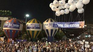 إسرائيليون يحيون الذكرى ال22 لاغتيال رئيس الوزراء يتسحاق رابين، في ميدان رابين في تل أبيب، 4 نوفمبر، 2017. (Jacob Magid/The Times of Israel)