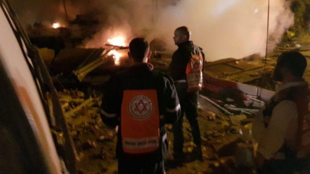 مسعفون في موقع انفجار مبنى في يافا، 27 نوفمبر 2017 (Magen David Adom)