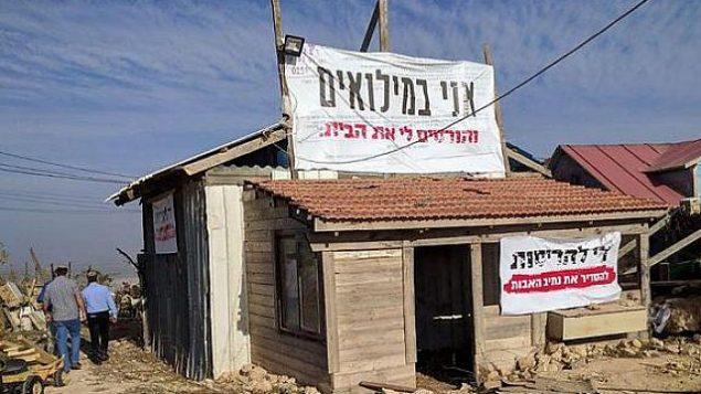 مبنى ينتظر هدمه في بؤرة نتيف هأفوت الاستيطانية غير القانونية في الضفة الغربية، 29 نوفمبر، 2017. (Times of Israel)