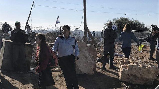 القوات الإسرائيلية تخلي مستوطنين إسرائيليين من بؤرة نتيف هأفوت الاستيطانية غير القانونية في الضفة الغربية، 29 نوفمبر، 2017. (Times of Israel)