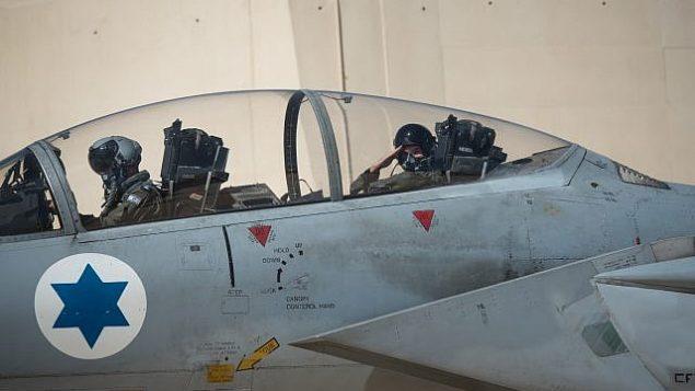 تحية يلقيها طيار داخل طائرة مقاتلة إسرائيلية قبل تمرين العلم الأزرق الدولي في أوائل نوفمبر 2017. (Israel Defense Forces)