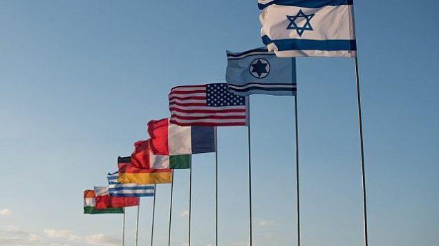 أعلام إسرائيل والقوات الجوية الإسرائيلية والولايات المتحدة وفرنسا وإيطاليا وألمانيا واليونان وبولندا والهند في قاعدة أوفدا الجوية كجزء من تمرين العلم الأزرق الدولي في أوائل تشرين الثاني / نوفمبر 2017. (Israel Defense Forces)