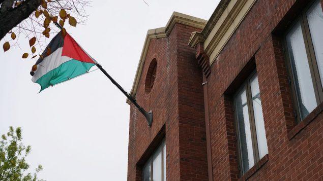 العلم الفلسطيني فوق مكاتب منظمة التحرير الفلسطينية في واشنطن، 18 نوفمبر 2017 (MANDEL NGAN/AFP/Getty Images via JTA)