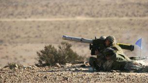 صورة للتوضيح: جنود إسرائيليون يطلقون صاروخ موجهة مضاد للدبابات من طراز 'سبايك' خلال مناورة عسكرية.  (Rafael Advanced Defense Systems)