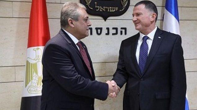 السفير المصري لدى إسرائيل حازم خيرت (من اليسار) يلتقي برئيس الكنيست يولي إدلشتين في الكنيست، 21 نوفمبر، 2017. (Knesset spokesperson's office)