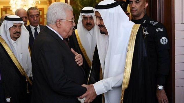 رئيس السلطة الفلسطينية محمود عباس يلتقي بالملك السعودي سلمان في الرياض، 7 نوفمبر، 2017. (Thaer Ghanaim / Wafa)