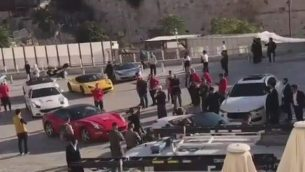 سيارات فيراري في ساحة حائط المبكى في 3 نوفمبر 2017. (YouTube screenshot)
