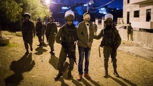 صورة للتوضيح: جنود إسراسئيليون يعتقلون رجلا فلسطيينا في مخيم الدهيشة، بالقرب من مدينة بيت لحم في الضفة الغربية، 9 ديسمبر، 2015. (Nati Shohat/Flash90)
