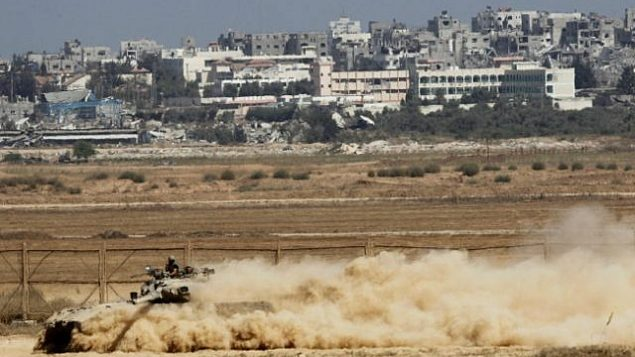 صورة للتوضيح: دبابة إسرائيلية من طراز 'مركافا' تعمل عند الحدود مع غزة، 6 أغسطس، 2014. (Miriam Alster/ Flash 90)
