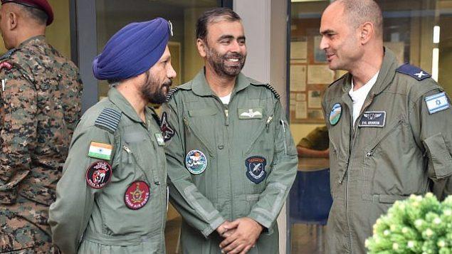 أفراد القوات الجوية الهندية يتحدثون مع قائد قاعدة عوفدا الجوية. الجنرال إيتامار رايخيل، كجزء من تمرين العلم الأزرق الدولي في أوائل نوفمبر 2017. (Israel Defense Forces)
