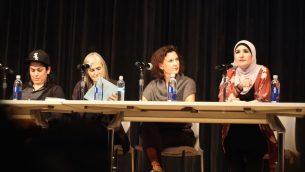 ليندا صرصور (يمين) تتحدث حول معاداة السامية خلال حلقة نقاش في 'المدرسة الجديدة' في نيويورك، 28 نوفمبر 2017 (Courtesy Jewish Voice for Peace)