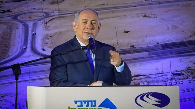 رئيس الوزراء بينيامين نتنياهو يلقي كلمة خلال مراسم افتتاح الطريق رقم 31 في عراد، 23 نوفمبر، 2017. (Amos Ben Gershom/GPO)