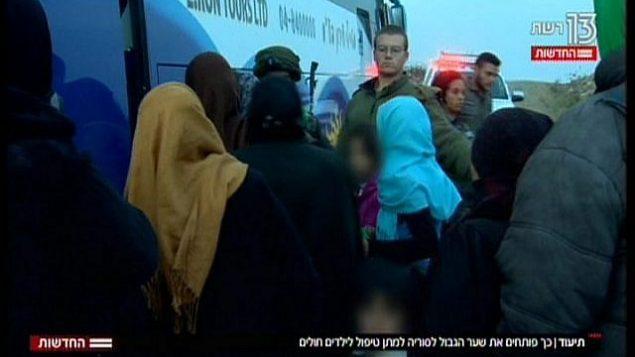 أمهات سوريا وأطفالهن يستقلون  حافلة ستقلهم إلى مستشفى إسرائسبس، في تقرير تلفزيوني تم بثه في 19 نوفمبر، 2017. (Hadashot News screenshot)