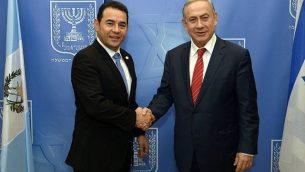 رئيس الوزراء بينيامين نتنياهو (من اليمين) يلتقي بالرئيس الغواتيمالي جيمي موراليس (من اليسار) في القدس، 29 نوفمبر، 2016. (Haim Zach / GPO)