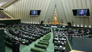 نواب إيرانيون يحضرون جلسة للبرلمان في طهران، 1 مارس / آذار 2016. (AFP/Atta Kenare)