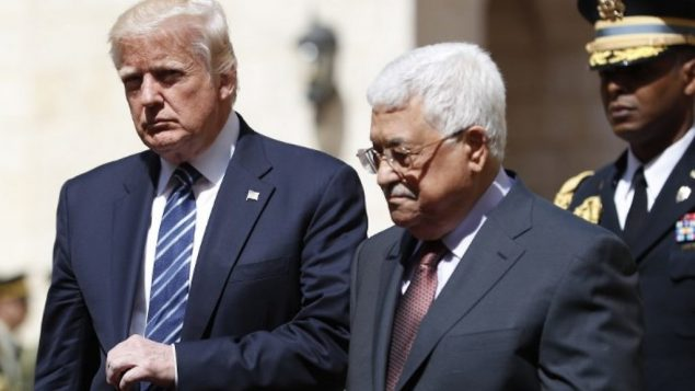 الرئيس الفلسطيني  محمود عباس يرحب بالرئيس الامريكي دونالد ترامب في القصر الرئاسي في بيت لحم، 23 مايو 2017 (Thomas Coex/AFP)