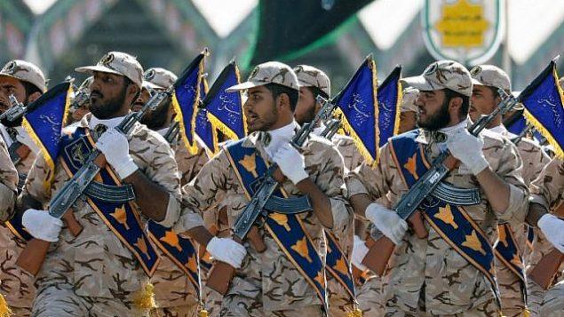 صورة للتوضيح: جنود إيرانيون يسيرون خلال عرض عسكري سنوي لإحياء ذكرى اندلاع الحرب المدمرة مع العراق تحت قيادة صدام حسين ما بين العامين 1980-1988، 22 سبتمبر، 2017 في طهران. (AFP/ str)