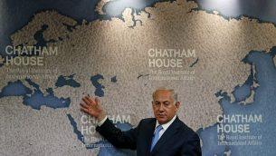 رئيس الوزراء بينيامين نتنياهو يناقش سياسة إسرائيل الخارجية في 'تشاتام هاوس'، المعهد الملكي للعلاقات الدولية، في لندن، 3 نوفمبر، 2017. (AFP Photo/Adrian Dennis)