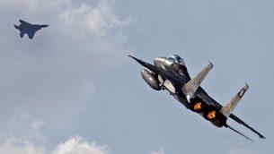 إقلاع طائرة اف-15 تابعة لسلاح الجو الإسرائيلي خلال مناورة 'العلم الأزرق' الجوية في قاعدة 'عوفدا' الجوية، شمال مدينة إيلات الإسرائيلية، 8 نوفمبر، 2017.  (Jack Guez/AFP)