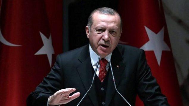 الرئيس التركي رجب طيب أردوغان يتحدث خلال اجتماع للمثلين الإقليميين لحزب 'العدالة والتنمية' في أنقرة، 17 نوفمبر، 2017. ( AFP/ADEM ALTAN)