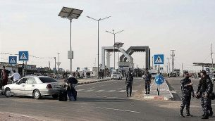 نظرة على معبر رفح الحدودي مع مصر، تحت سيطرة السلطة الفلسطينية، في جنوب قطاع غزة في 18 نوفمبر 2017، حيث يصل المسافرون للعبور. (AFP/Said Khatib)