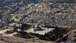 هذه صوة من الأرشيف تم التقاطها في 11 يناير، 2010 تظهر مشهدا من الجو للبلدة القديمة في القدس.  (AFP Photo/AFP Files/Marina Passos)