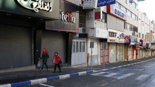 دكاكين مغلقة في مدينة الخليل في الضفة الغربية خلال اضراب شامل ردا على اعتراف الرئيس الامريكي دونالد ترامب بالقدس كعاصمة اسرائيل، 7 ديسمبر 2017 (HAZEM BADER / AFP)