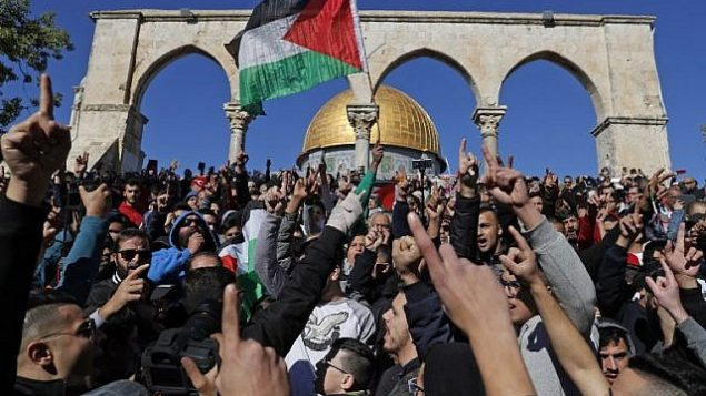 مصلون فلسطينيون يهتفون شعارات خلال صلاة الجمعة امام قبة الصخرة في الحرم القدسي، 8 ديسمبر 2017 (AFP PHOTO / Ahmad GHARABLI)