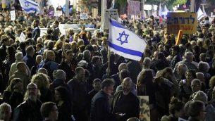 إسرائيليون يشاركون في تظاهرة تحت عنوان 'مسيرة العار' للاحتجاج ضد الفساد الحكومي ورئيس الوزراء بينيامين نتنياهو، 9 ديسمبر، 2017، في تل أبيب. (AFP PHOTO / JACK GUEZ)