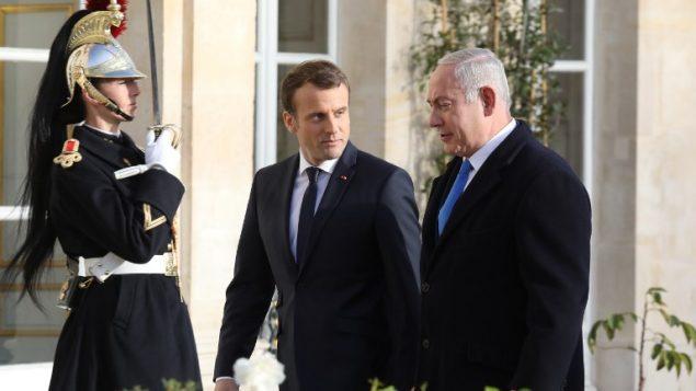 الرئيس الفرنسي ايمانويل ماكرون يرحب برئيس الوزراء بنيامين نتنياهو عند وصوله قصر الايليزيه في باريس، 10 ديسمبر 2017 (AFP/Ludovic Marin)