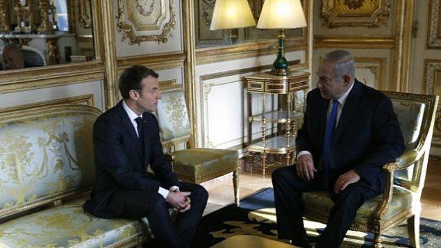 الرئيس الفرنسي ايمانويل ماكرون يتحدث مع رئيس الوزراء بنيامين نتنياهو قبل لقاء في قصر الايليزيه في باريس، 10 ديسمبر 2017 (AFP/Pool/Philippe Wojazer)