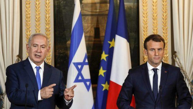الرئيس الفرنسي ايمانويل ماكرون مع رئيس الوزراء بنيامين نتنياهو خلال مؤتمر صحفي بعد لقاء في قصر الايليزيه في باريس، 10 ديسمبر 2017 (AFP/Pool/Philippe Wojazer)