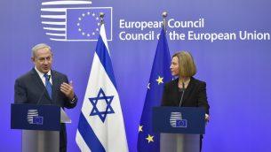 وزيرة خارجية الإتحاد الأوروبي فيديريكا موغيريني، من اليمين، ورئيس الوزراء بينيامين نتنياهو، خلال مؤتمر صحفي مشترك في بنى مجلس الإتحاد الأوروبي في بروكسل، الإثنين، 11 ديسمبر، 2017. (JOHN THYS / AFP)