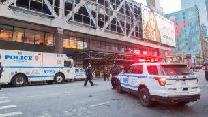 عناصر الشرطة في موقع انفجار مفترض في وسط مانهاتن قرب محطة بورت اوثوريتي للحافلات، 11 ديسمبر 2017 (BRYAN R. SMITH / AFP)