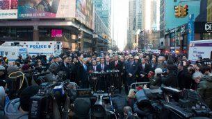 حاكم ولاية نيويورك اندرو كومو ورئيس بلدية مدينة نيويورك بيل دي بلازيو خلال مؤتمر صحفي بعد انفجار في وسط مانهاتن قرب محطة بورت اوثوريتي للحافلات، 11 ديسمبر 2017 (BRYAN R. SMITH / AFP)