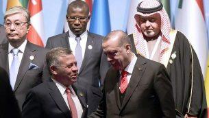 الرئيس التركي رجب طيب اردوغان يتحدث مع العاهل الاردني عبد الله الثاني خلال صورة جماعية لقمة منظمة التعاون الاسلامي في اسطنبول، 13 ديسمبر 2017 (AFP PHOTO / YASIN AKGUL)