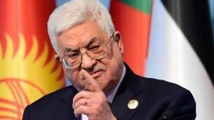 رئيس السلطة الفلسطينية محمود عباس يتحدث في مؤتمر صحفي عقب قمة منظمة التعاون الإسلامي التي عُقدت لمناقشة إعتراف الولايات المتحدة في الأسبوع الماضي بمدينة القدس عاصمة لإسرائيل، 13 ديسمبر، 2017 في إسطنبول.  (AFP PHOTO / YASIN AKGUL)