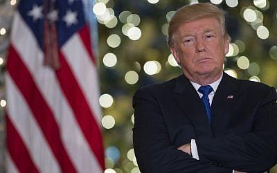 الرئيس الأمريكي دونالد ترامب يتحدث عن قانون الإصلاح الضريبي في البهو الكبير للبيت الأبيض في واشنطن العاصمة، 13 ديسمبر 2017. (AFP/Saul Loeb)