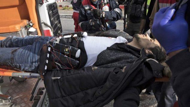 فلسطيني بما يبدو على انه حزام ناسف بعد اطلاق النار عليه لطعنه جندي في البيرة 15 ديسمبر 2017 Oren Ziv/AFP