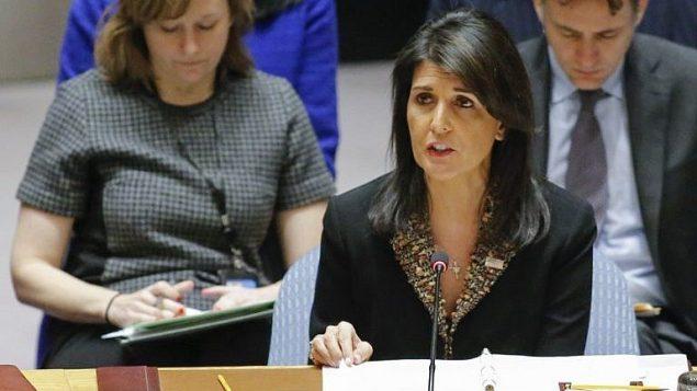 السفيرة الامريكية الى الامم المتحدة نيكي هايلي خلال تصويت في مقر الامم المتحدة في نيويورك على مشروع قرار يرفض قرار الرئيس الامريكي دونالد ترامب الاعتراف بالقدس كعاصمة اسرائيل، 18 ديسمبر 2017 (AFP Photo/Kena Betancur)