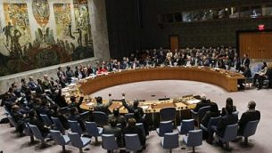 يرفع اعضاء مجلس الامن الدولي ايديهم وهم يصوتون على مشروع قرار يرفض قرار الرئيس الاميركي دونالد ترامب بالاعتراف بالقدس عاصمة لاسرائيل في 18 كانون الاول / ديسمبر 2017 في مقر الامم المتحدة بنيويورك. (AFP Photo/Kena Betancur)