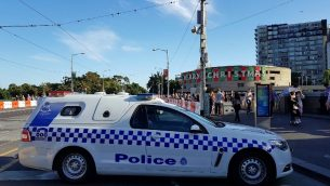 سيارة شرطة تغلق منطقة بعد هجوم دهس في ملبورن، استراليا، 21 ديسمبر 2017 (AFP PHOTO / Mark PETERSON)