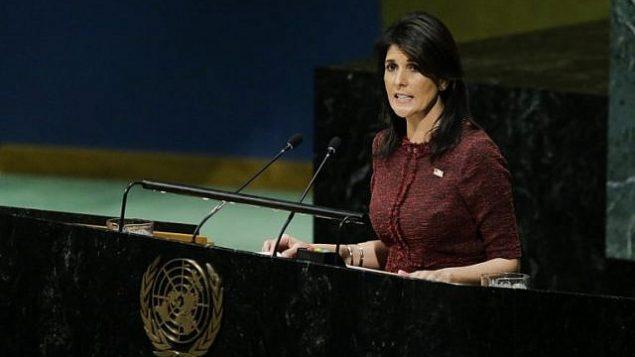 السفيرة الأمريكية لدى الأمم المتحدة نيكي هيلي تتحدث في قاعة الجمعية العامة في 21 ديسمبر، 2017 في مقر الأمم المتحدة في نيويورك.  (AFP PHOTO / EDUARDO MUNOZ ALVAREZ