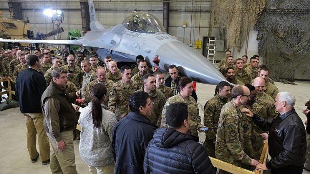 نائب الرئيس الامريكي مايك بنس خلال زيارة الى قاعدة باغرام الجوية في افغانستان، 21 ديسمبر 2017 (POOL / AFP PHOTO / MANDEL NGAN)