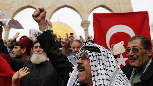 المصلون المسلمون يحملون أعلام فلسطينية وتركية بعد صلاة الجمعة في المسجد الأقصى في القدس القديمة على جبل الهيكل، 22 ديسمبر / كانون الأول 2017. (AFP Photo/Ahmad Gharabli)