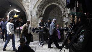 قوات الأمن الإسرائيلية تقف في مدينة القدس القديمة في 22 ديسمبر / كانون الأول 2017. (AFP Photo/Menahem Kahana)