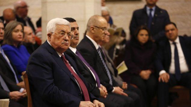 رئيس السلطة الفلسطينية محمود عباس يشارك في قداس منتصف الليل بمناسبة عيد الميلاد في كنيسة المهد في مدينة بيت لحم في الضفة الغربية، 25 ديسمبر، 2017. (AFP PHOTO / POOL / MUSSA QAWASMA)