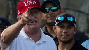 الرئيس الأمريكي دونالد ترامب يتحدث لخدمة أعضاء خفر السواحل في الولايات المتحدة خلال دعوة للعب الغولف في ملعب ترامب الدولي للغولف في مار آلاغو بولاية فلوريدا في 29 ديسمبر 2017. (NICHOLAS KAMM / AFP)