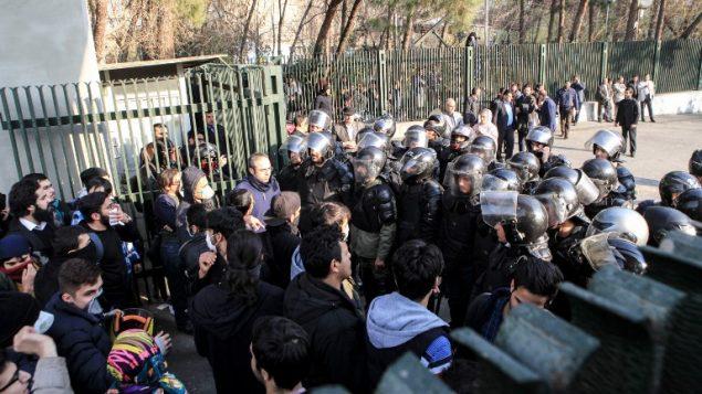اشتباكات بين طلاب ايرانيين والشرطة خلال مظاهرات في جامعة طهران، 30 ديسمبر 2017 (AFP PHOTO / STR)