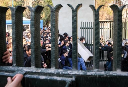 الطلاب الإيرانيون يشتبكون مع الشرطة في جامعة طهران خلال مظاهرة بدافع الغضب على المشاكل الاقتصادية، في العاصمة طهران في 30 ديسمبر 2017. احتج الطلاب في اليوم الثالث من المظاهرات. (STR / AFP)